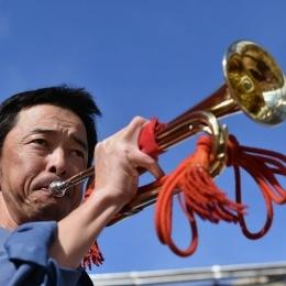 ラッパを吹く南極観測船「しらせ」航海科の渡邊晃さん