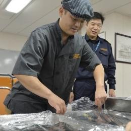 渡邉さん(左)と大鋸艦長(右)。(3月10日撮影)