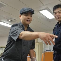 作業の指示を出す渡邉さん(左)。右は大鋸艦長。(3月10日撮影)