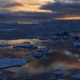 流氷の隙間から反射する夕焼け
