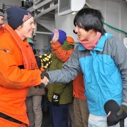 握手をする日豪の観測隊員ら(1)
