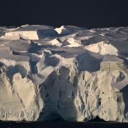 上部が複雑な形をした氷山
