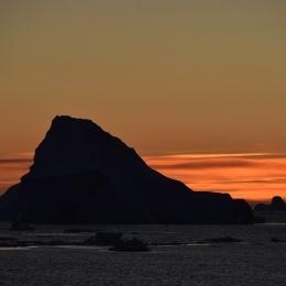日没後にシルエットで浮き上がる氷山