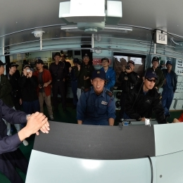 南磁極通過時に磁気コンパスを見る隊員ら
