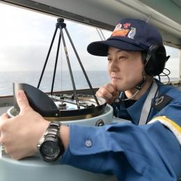 艦橋で任務に当たる新田さん