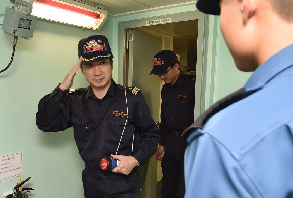艦内の巡回点検を行う宮﨑副長