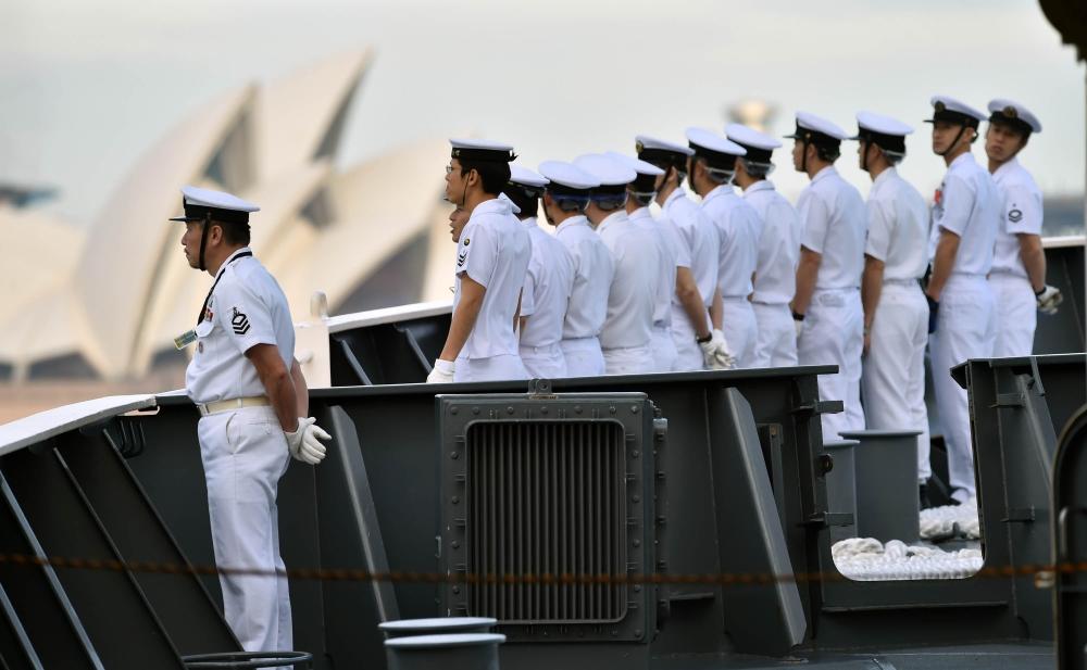 甲板に並ぶ自衛官