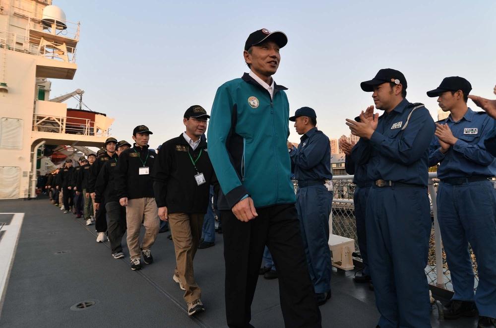 飛行甲板に入場する隊員たち