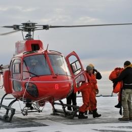 基地からヘリコプターで南極観測船「しらせ」に到着した豪観測隊員(6日午前7時半ごろ、日本時間午前11時半ごろ。豪モーソン基地沖で)