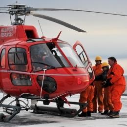 基地からヘリコプターで南極観測船「しらせ」に到着した豪観測隊員(6日午前7時ごろ、日本時間午前11時ごろ。豪モーソン基地沖で)