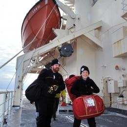 南極観測船「しらせ」に到着した豪観測隊員(午前8時10分、日本時間12時10分、豪モーソン沖で)