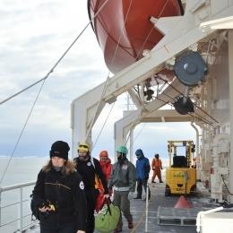 南極観測船「しらせ」に到着した豪観測隊員(午前8時10分、日本時間12時10分)