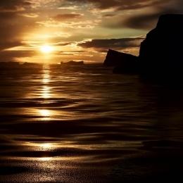 しらせからの朝日と氷山 (1)
