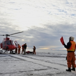 しらせ甲板に着陸する豪ヘリコプター