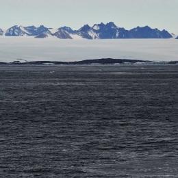 停泊地点から見える南極大陸