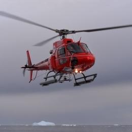 豪観測隊員を乗せて飛ぶヘリコプター
