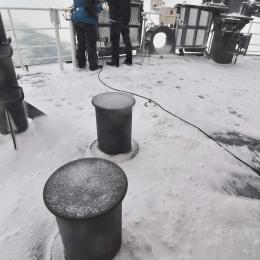 雪が積もった観測甲板