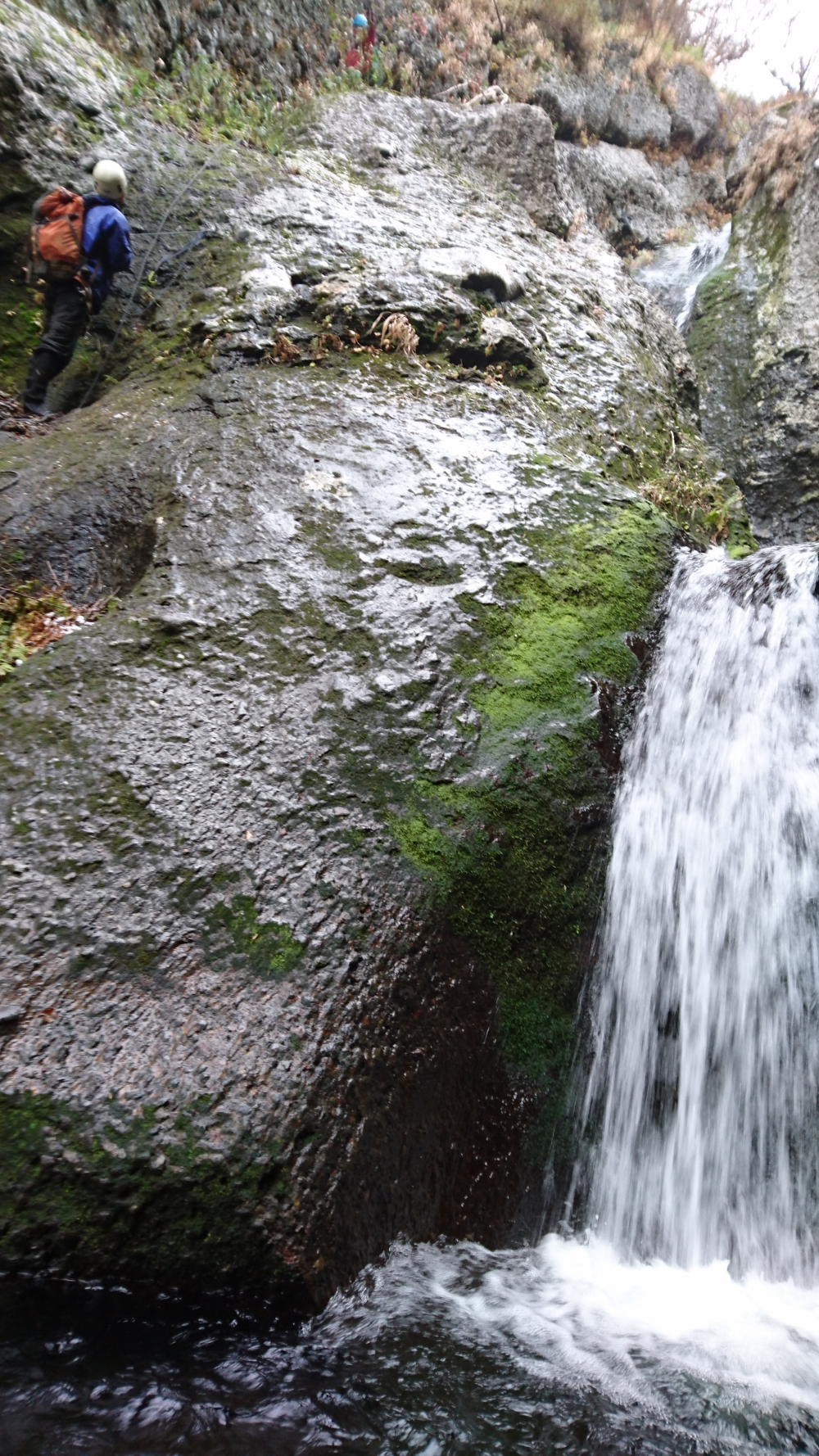 斜里岳。ザイル(ロープ)を使って滝を攻略した