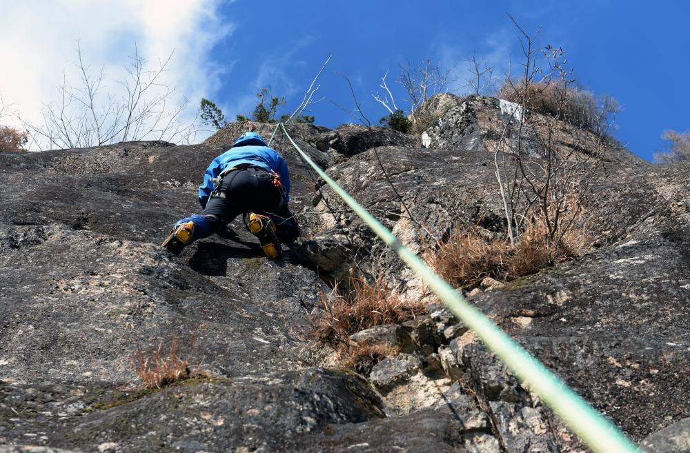 剣山。バイルとアイゼンで2の森クライミングルートに取り付く