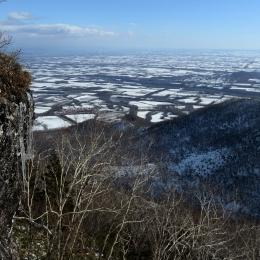 剣山。岩から染み出した水が凍り、つららができていた