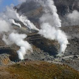 旭岳の噴煙。噴火口まで近づくことができる