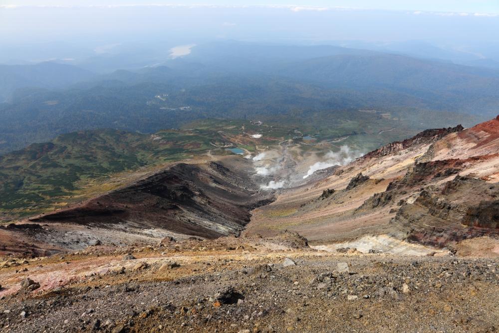 旭岳山頂から西方の眺め。地獄谷と姿見の池
