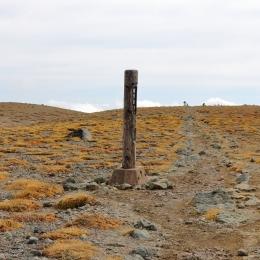 間宮岳。熊ヶ岳と中岳の中間にあり、起伏が緩いので山という感じがしない。