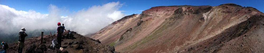 旭岳8合目からの眺め。雲海より高い頂上を目指す。