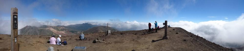 旭岳頂上からの眺め。東面には大雪山が連なる。