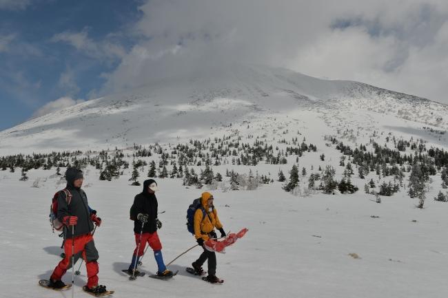 ルート最高地点のルゥチシ峠。緩やかな台地状で快適に進む。後方に見えるのは富良野岳