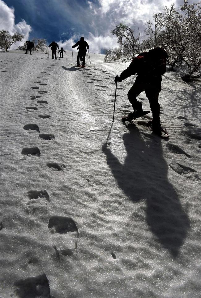 ルゥチシ峠への最後の急斜面を登る参加者。雪の表面が凍結し、慎重に進む