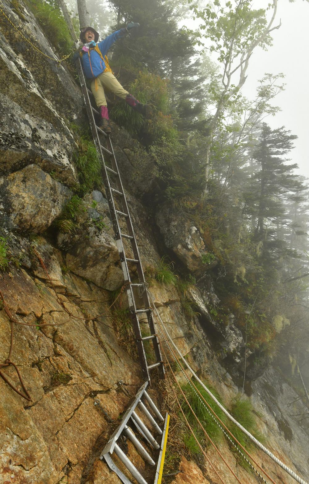 剣山頂上で出初め式の「はしご登り」のような格好をしつつも安全に下山